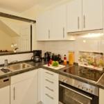Vollausgestattete Küche mit Herd, Backofen, Spülmaschine, Toaster, Kaffeemaschine und allem was gebraucht wird.