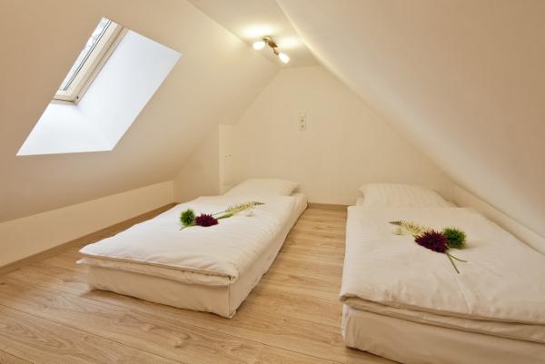 Für Kinder bis 14 Jahre bietet diese Schlafhöhle direkt unter dem Dach zwei Schlafplätze.