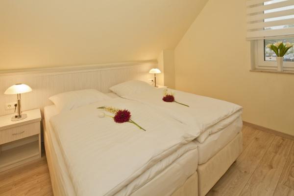 Schlafbereich mit einem Doppelbett