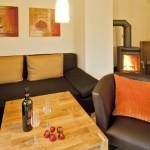 Der Wohnbereich mit gemütlichem Sitzbereich und einem Kamin